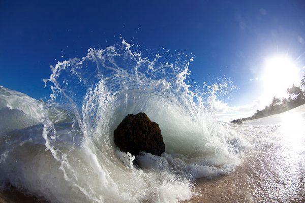 SD / A wave crashing to the beach at Log Cabin
